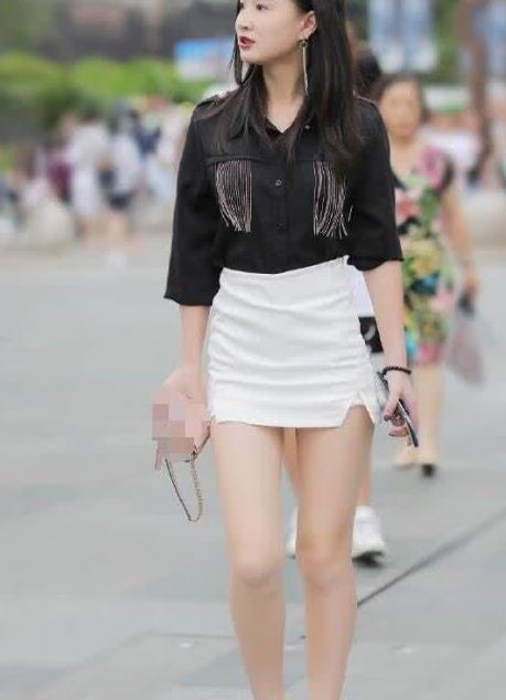 街拍:黑与白的对比搭配,白色的短裙格外性感
