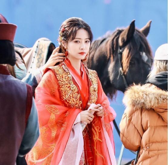 许佳琪身着红色嫁衣庆新剧开机,《青你》后大秀演技,网友:真美