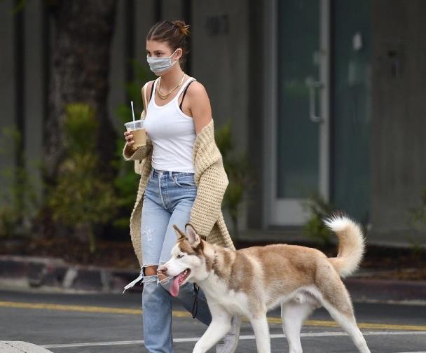 莱昂纳多女友卡米拉独自出街,穿紧身牛仔裤暴露55分身材,显壮