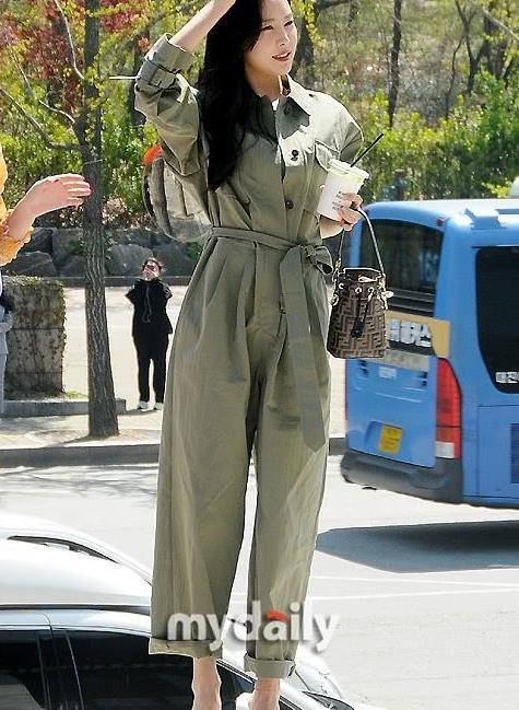 孙娜恩:军绿色连体裤BV穆勒鞋 Fendi水桶包干练精致