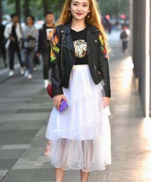 街拍美图:气质温婉的小姐姐,个性的穿搭,穿出不一样的潮流!