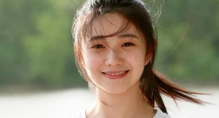 她被誉为最新一代谋女郎,刘浩存一袭粉色针织衫,美成初恋