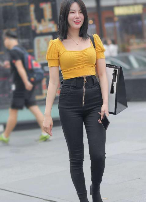 街拍:美女一条高腰牛仔裤穿出黄金比率的好身材,美极了