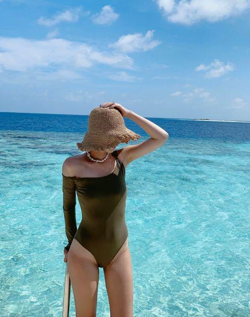 碧蓝的大海搭配单肩泳衣和防晒草帽,美女时尚秀