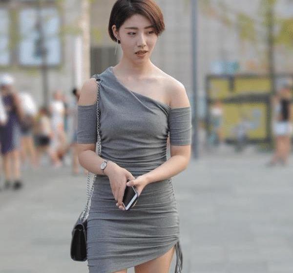 灰色斜肩短裙,仿佛在诉说衷肠