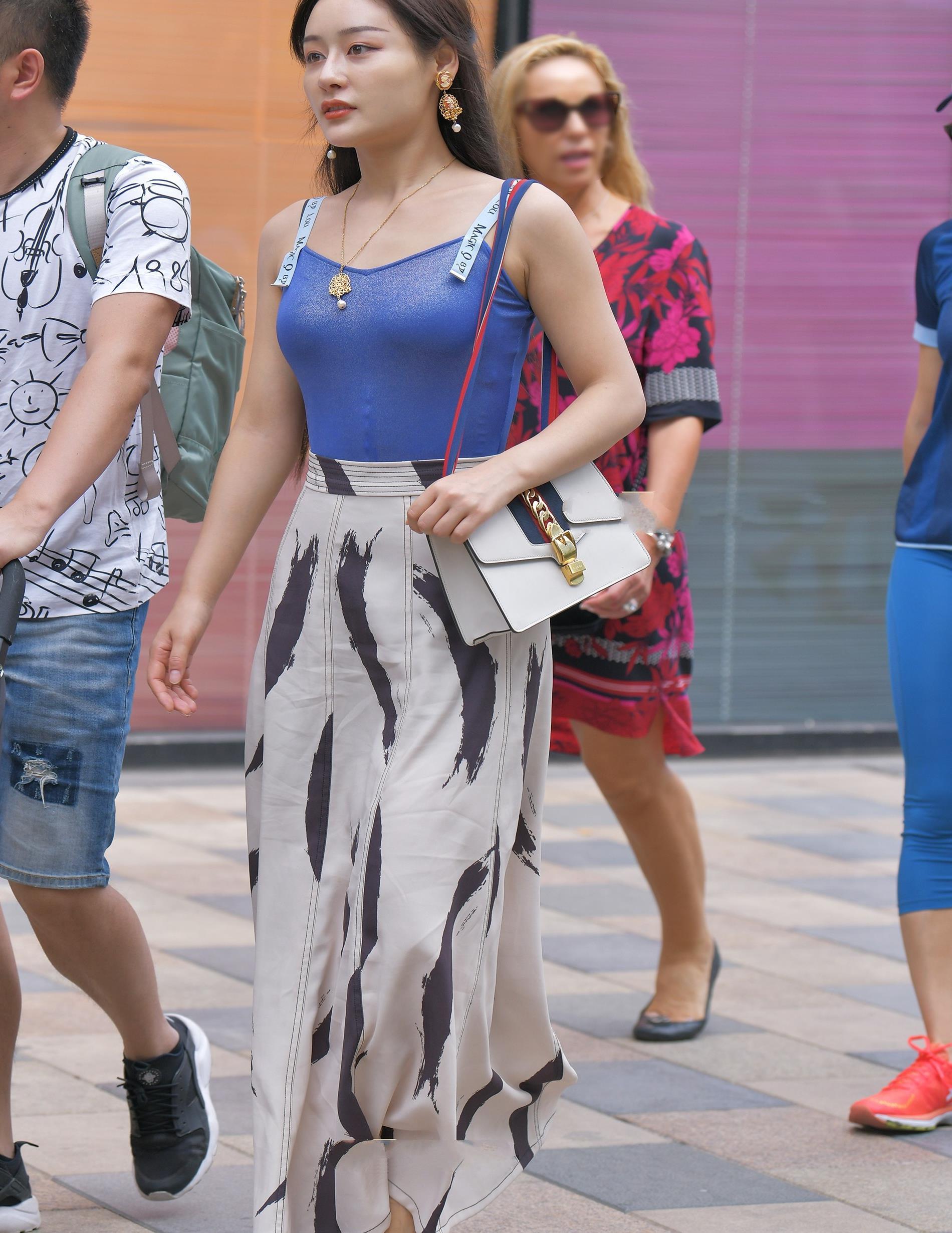蓝色吊带搭配A字款型长裙子,简单优雅,大气自然