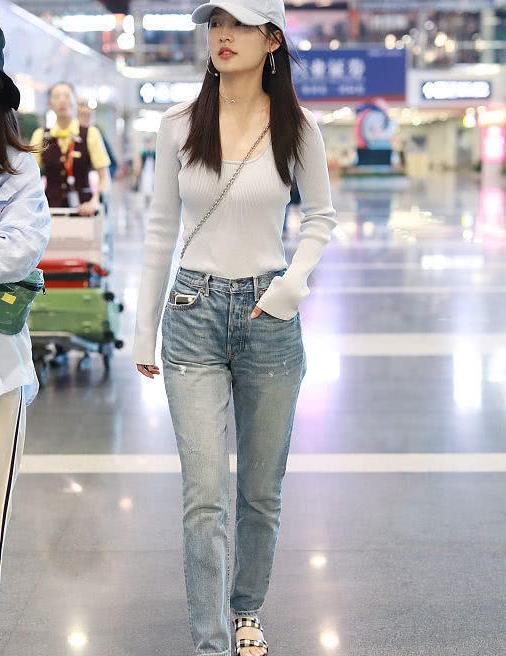 李沁街拍:浅蓝色上衣搭配牛仔裤 黑白格纹穆勒鞋小清新风