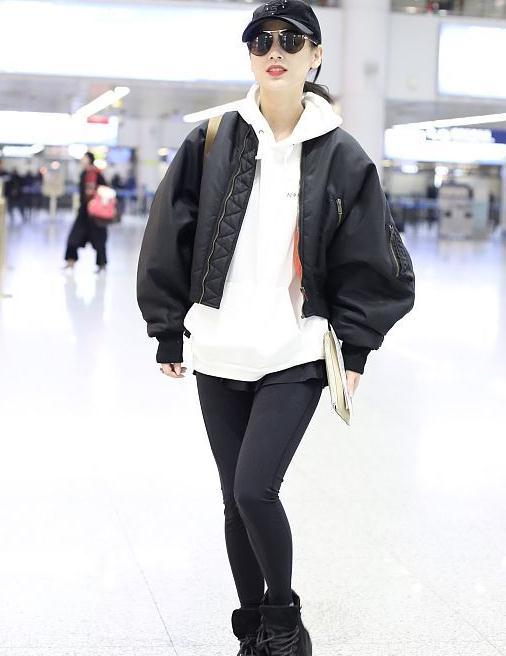 黄圣依街拍:飞行员夹克内搭白色卫衣 活力满满