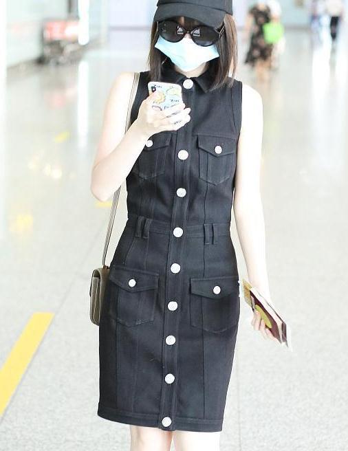 毛晓彤气质真不错,黑色无袖修身连衣裙配帆布鞋,曲线玲珑有韵味