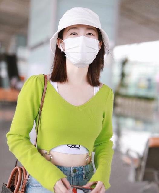 李沁这身衣服真借来的,宽松造型显李沁更娇小,还带着洒脱感