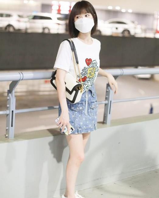 毛晓彤穿T恤牛仔裙,演绎经典邻家少女风,32岁还像个大学生