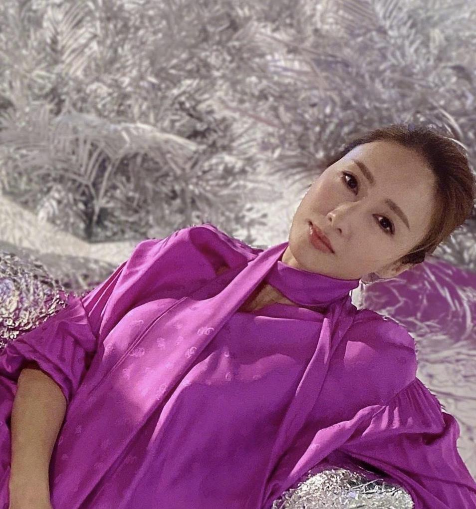 黎姿真敢穿,紫色衬衫上衣搭配牛仔裤简约大气,一般人驾驭不了