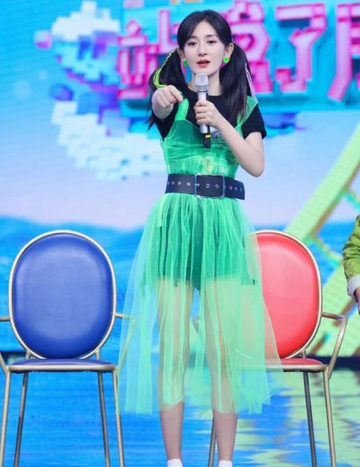 """谢娜穿衣有""""仙女范"""",藕粉色连衣裙材质轻盈飘逸,气质太优越了"""