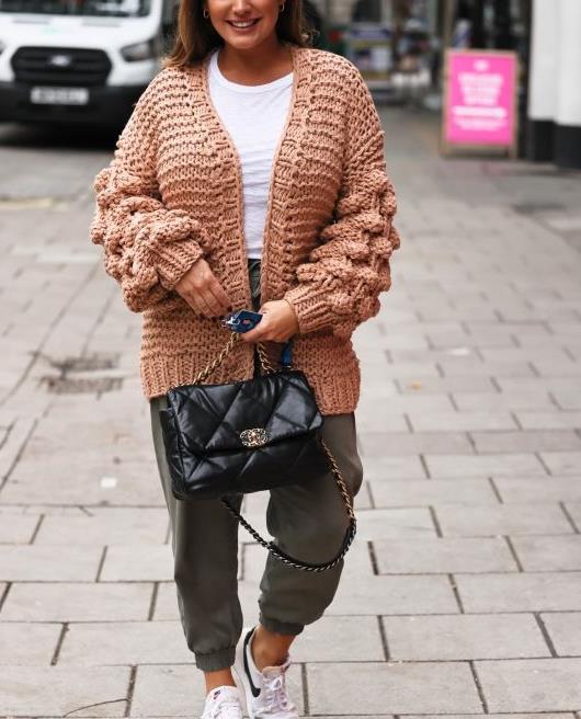 凯莉·布鲁克穿着粗针织开衫和卡其布慢跑裤休闲风十足