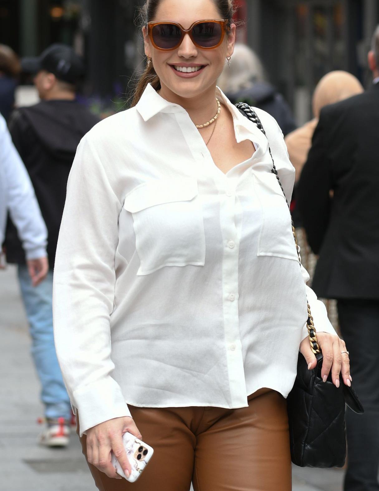 凯莉·布鲁克穿白色衬衫搭棕色长裤简约休闲,墨镜高跟鞋时尚靓丽