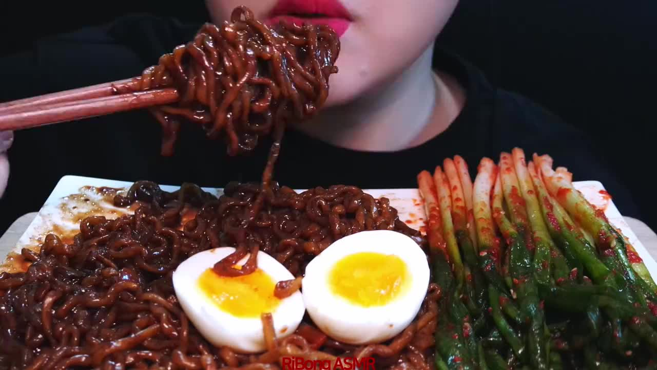 国外女吃货吃炸酱面鸡蛋葱泡菜听听这咀嚼音吃得特别香