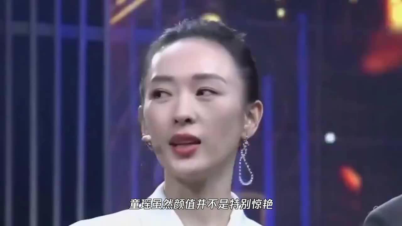 童瑶穿着白色宽松的毛衣搭配牛仔裤,却意外显得更亲切随意!