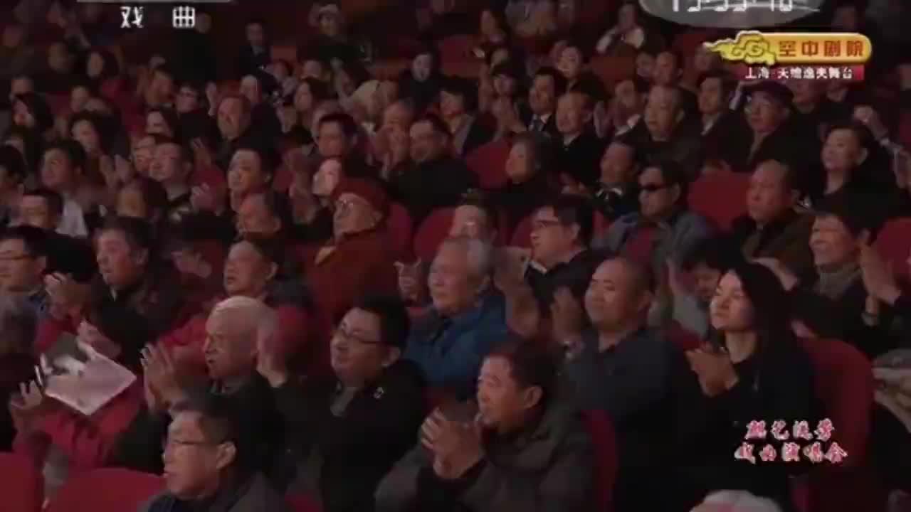 杨建忠表演京剧《徐策跑城》手一顿一招,便引得观众鼓掌叫好!