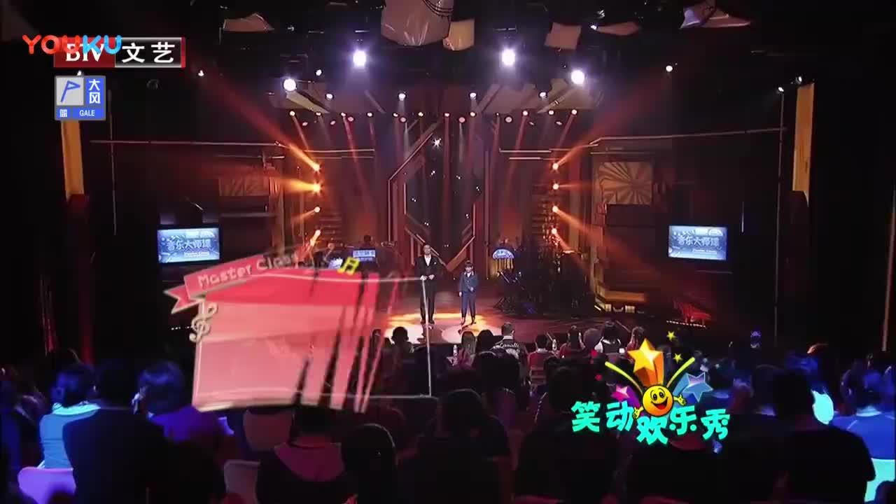 张英席迪力亚演唱《骏马奔驰保边疆》,气氛热烈,观众掌声不断!