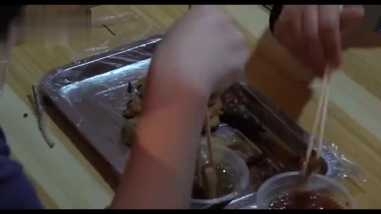 大叔小巷卖油炸串,好吃秘诀是3种秘制酱,大叔:1天能卖大几千
