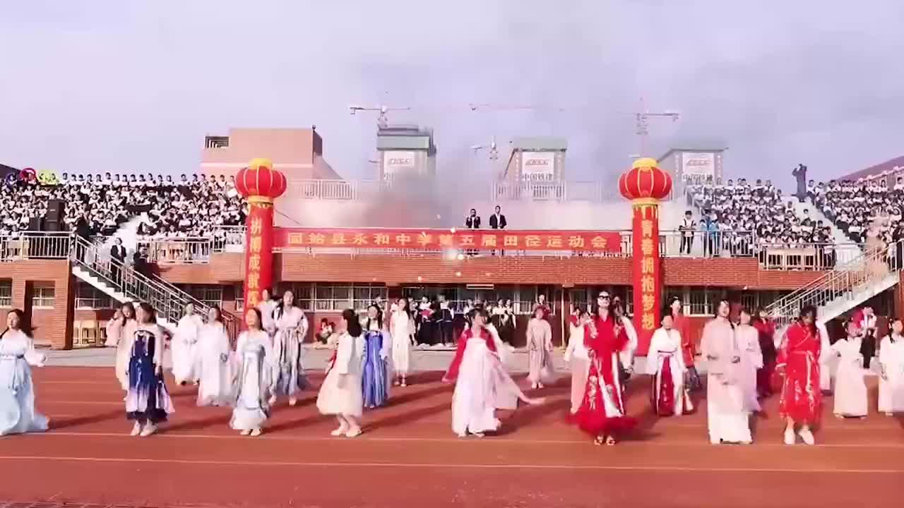 这就是国潮!运动会学生穿汉服跳现代舞,网友:又是别人的学校