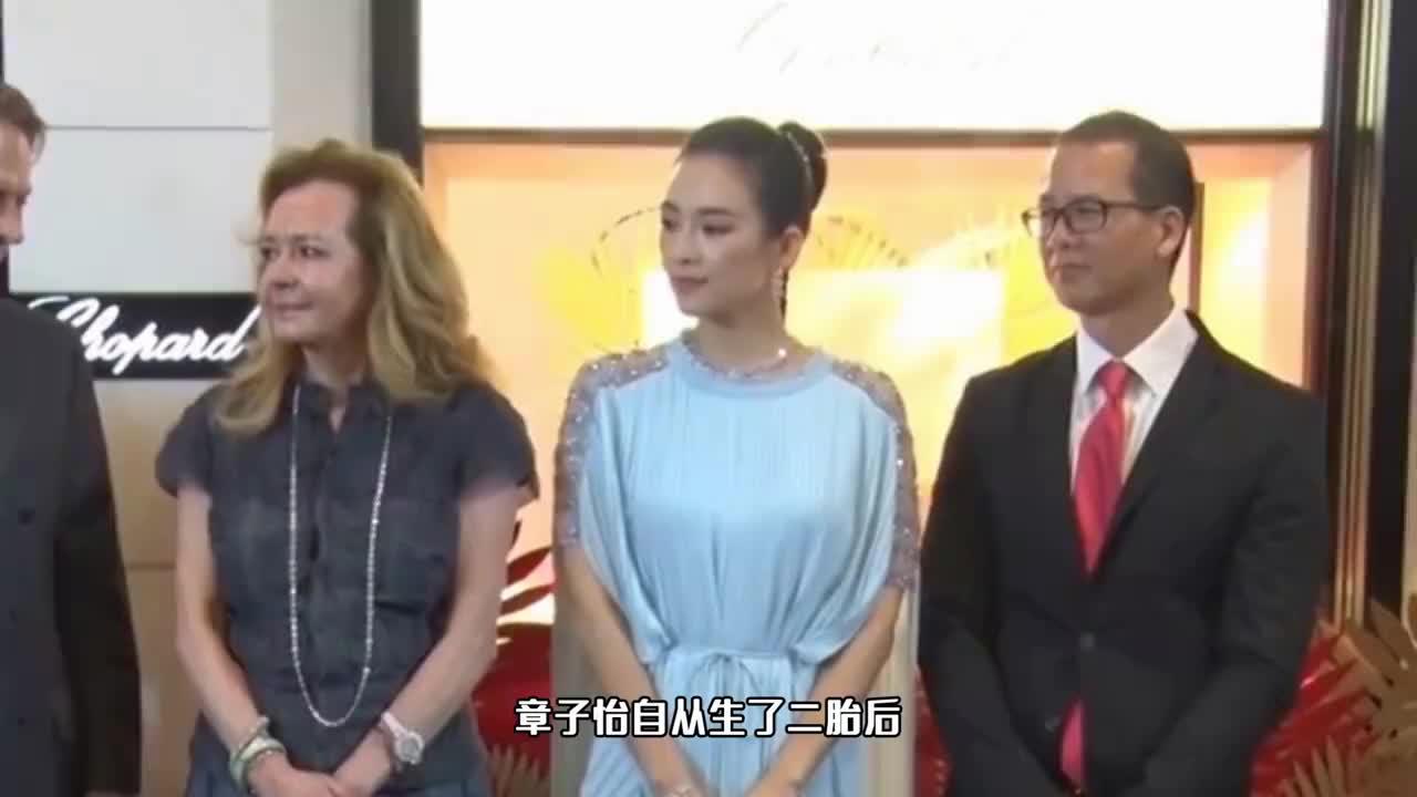 41岁章子怡拍广告!穿V领裙大秀好身材,当众挖鼻孔后手放衣服上