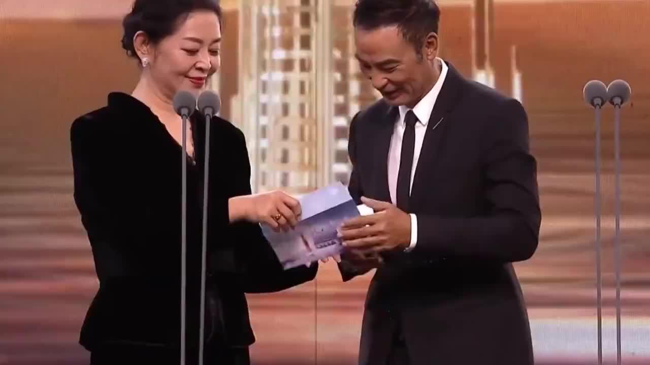 王一博获得最佳男演员奖,倪萍颁奖时表情尴尬,一脸不相信的样子