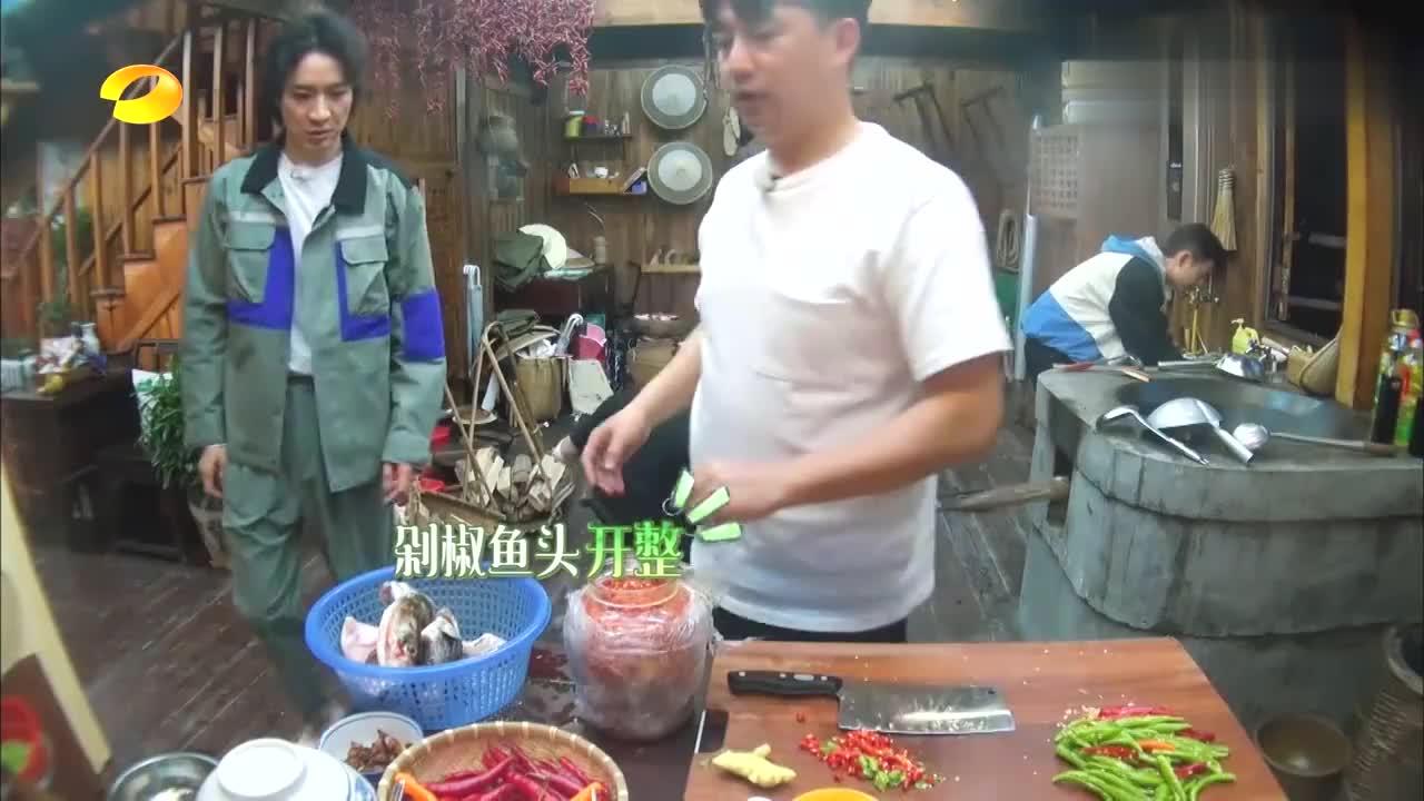 黄磊做剁椒鱼头,馋的彭昱畅咽口水,油滋啦滋啦太有食欲
