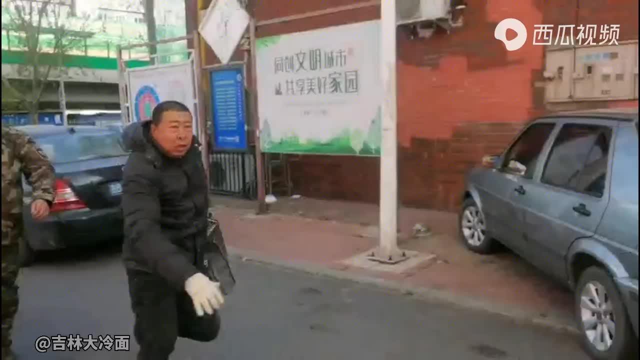 男子捕售野生鸟类,遇Z法人员检查仓惶而逃,被拦后竟伸出