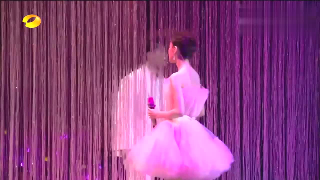 唱《慢慢喜欢你》配粉色公主裙,自带少女滤镜