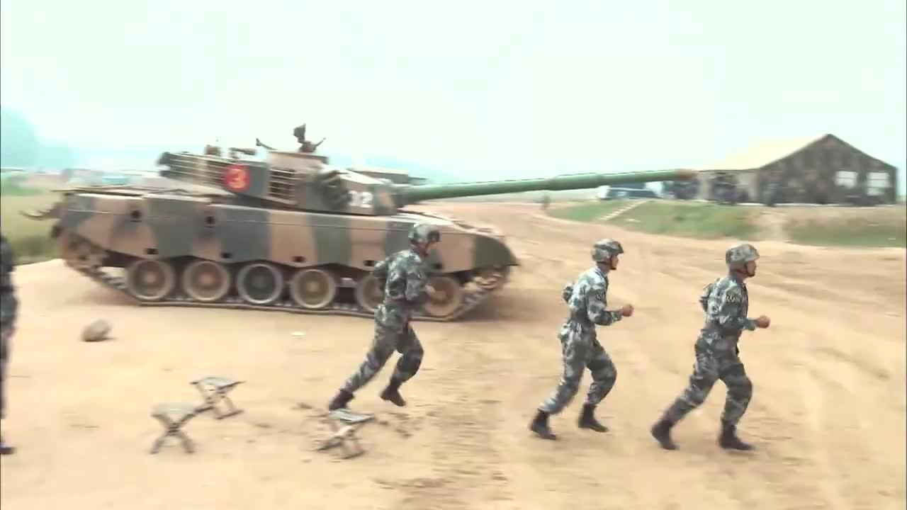 海涛第一次打坦克实弹射击,被后座力震懵了,这表情笑死个人!