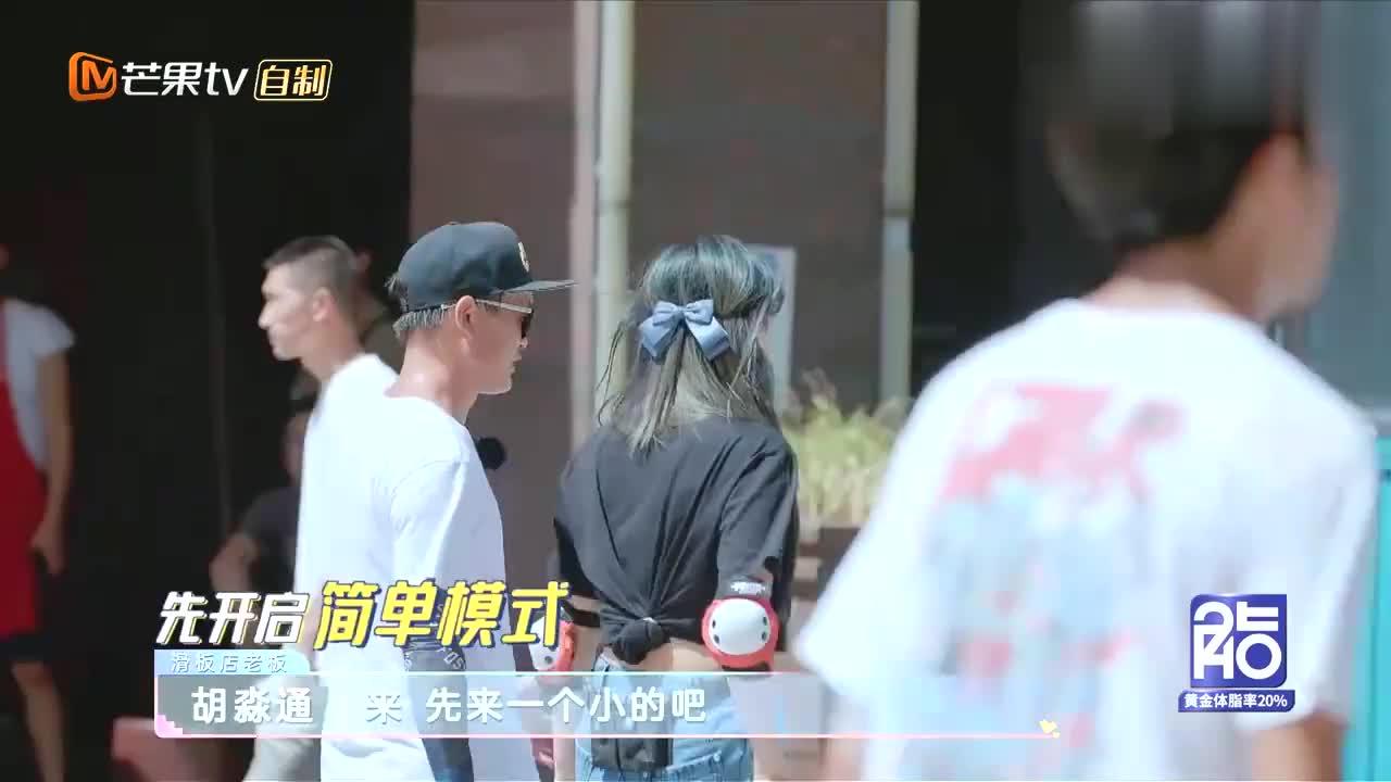 程潇路边扳腿,震撼一群学舞蹈的小妹妹,海涛李湘惊得合不拢嘴!