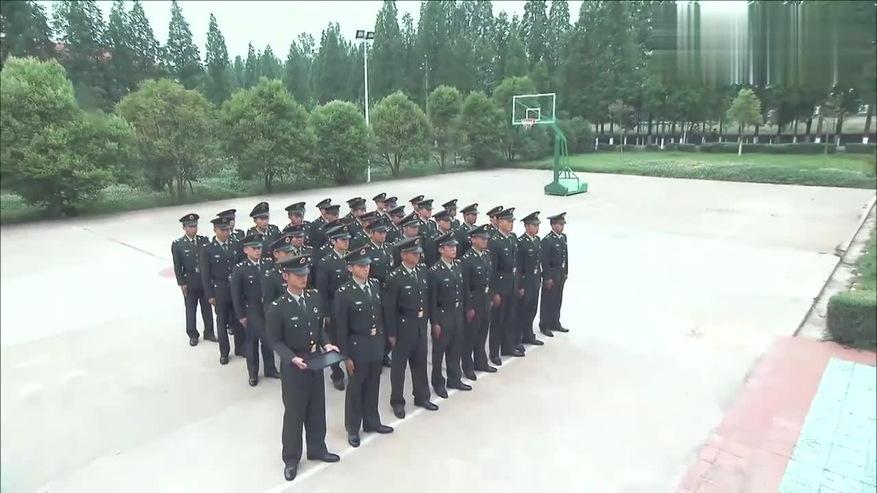 班长们帮卸下肩章帽徽,偶像们彻底告别军营,海涛刘昊然全哭了!