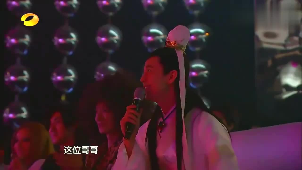 """刘忻搭档""""梁朝伟""""演绎经典,结果被""""小鱼儿""""抢镜,全场都笑了"""
