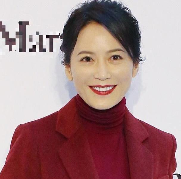 49岁俞飞鸿教学西装怎么穿,这样搭配穿出自信,许多人以前都穿错