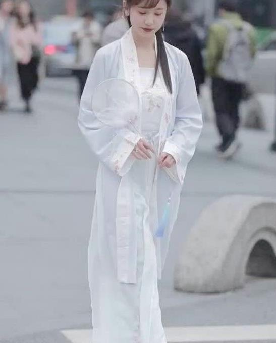 """街拍:偶遇汉服美女,""""中国风""""对襟齐腰襦裙,端庄靓丽"""