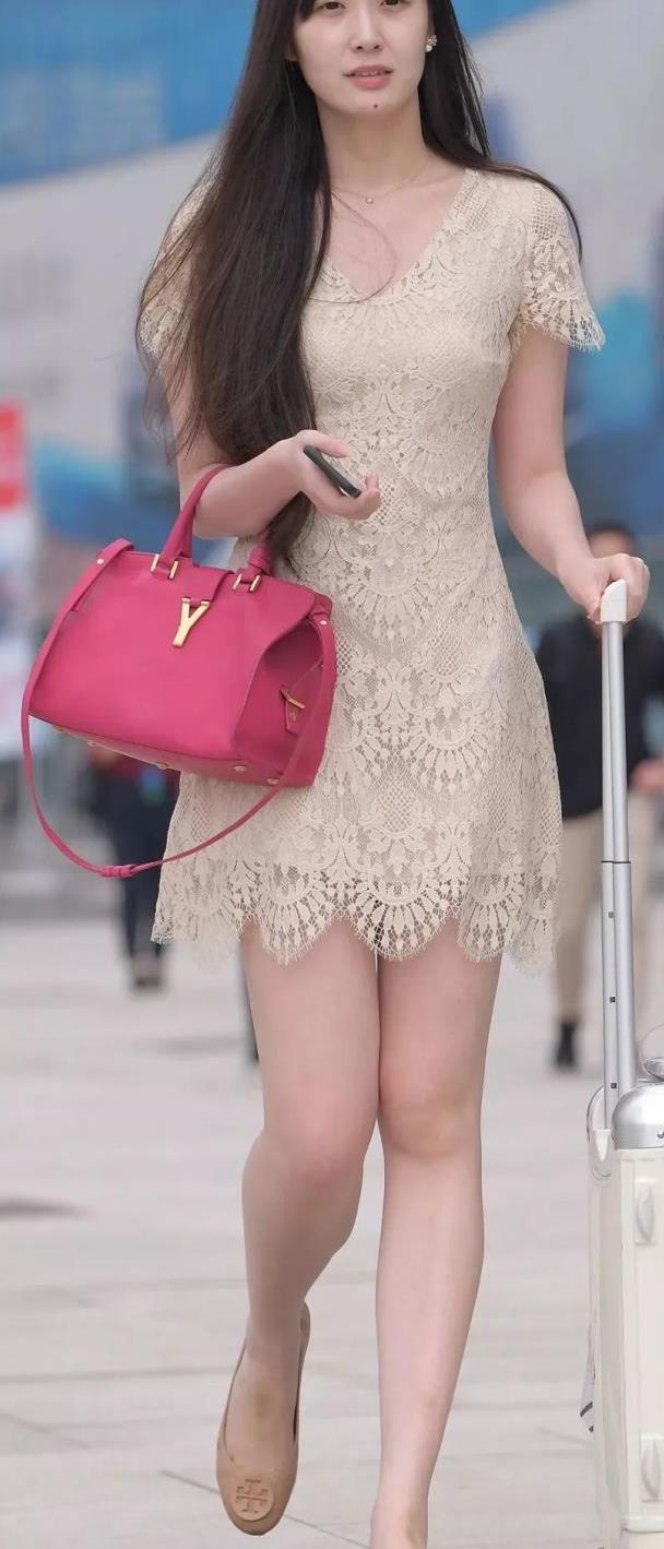 街拍美女:高挑的蕾丝短裙美女