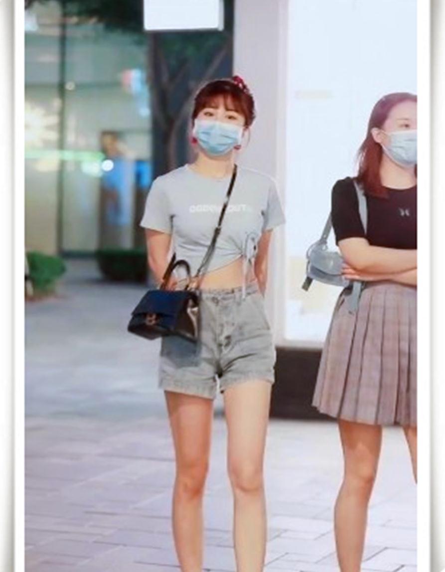 可爱的学生妹,穿着简约的牛仔短裤,搭配肥肠发圈,美翻了