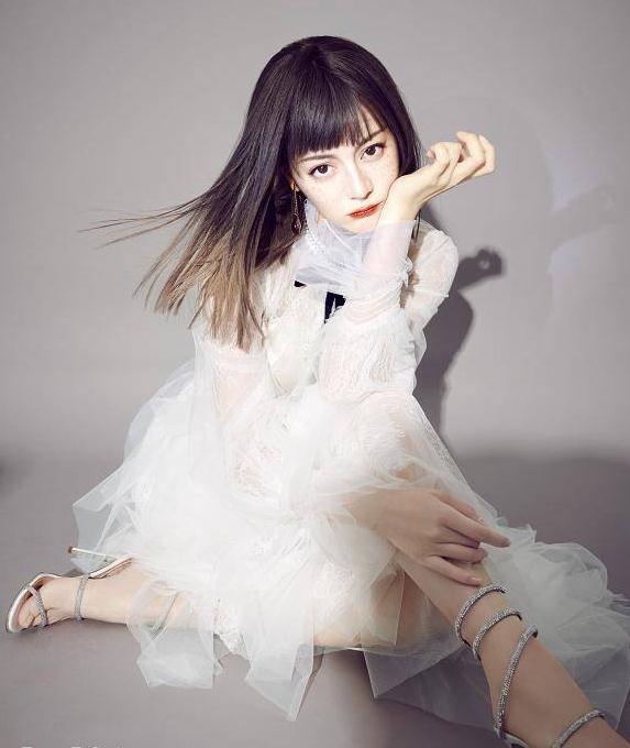 """迪丽热巴首次挑战""""雀斑妆"""",齐刘海造型精致的像个洋娃娃"""
