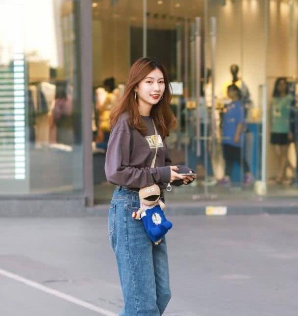 牛仔裤休闲百搭气场十足,配上更显美女青春活力的气息