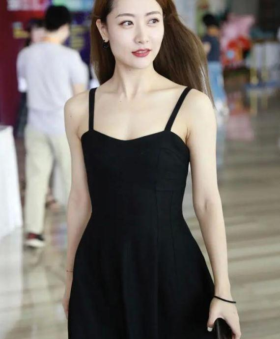 白冰这次放开了,穿吊带小黑裙秀直角肩,优越身材魅力十足