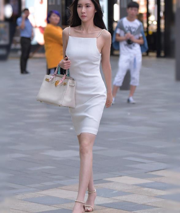 街拍:穿白色吊带连衣裙的美女,全身上下散发出十足的女人味!