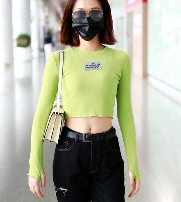 蓝盈莹好有女团范,绿色上衣搭黑色牛仔裤,杨柳腰真抢镜