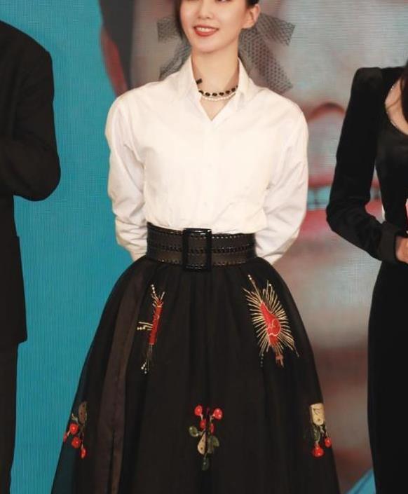 刘诗诗罕见为新剧亮相发布会,白衬衫配网纱半裙,重现气质女神!
