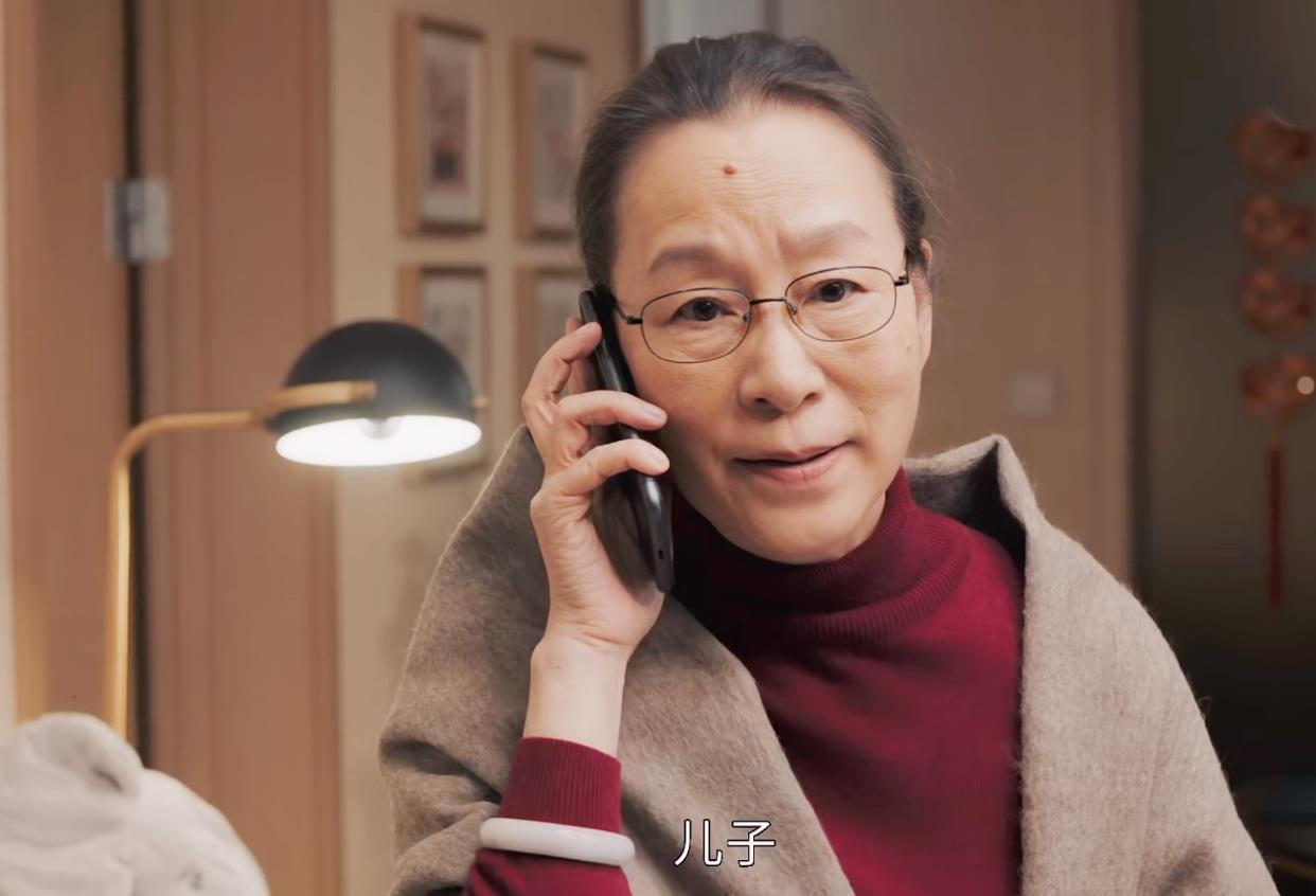 奚美娟简约低调,黑西装配白衬衫气场足,60+活出老艺术家魅力