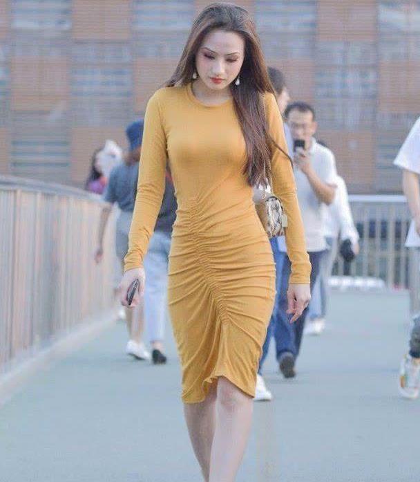 高腰礼服的设计是一大亮点,连衣裙穿搭是否有着高贵气质