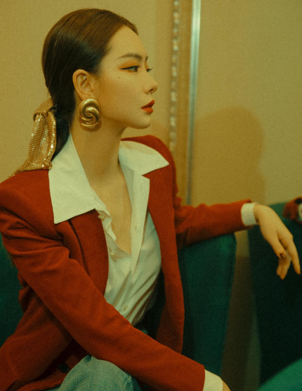 戚薇气质太高级,身穿复古风西服套装,红蓝配色成熟又精致