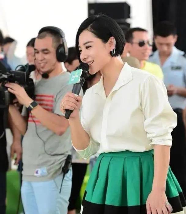 刘璇退役后也跟潮流,衬衫百褶裙裙配波波头,气质高级人也年轻了