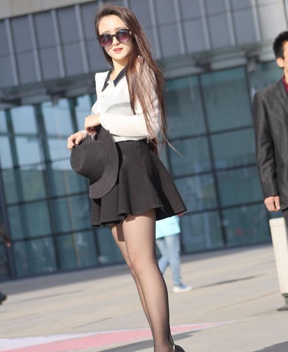 入秋天凉 时尚短裙黑丝搭配正逢时