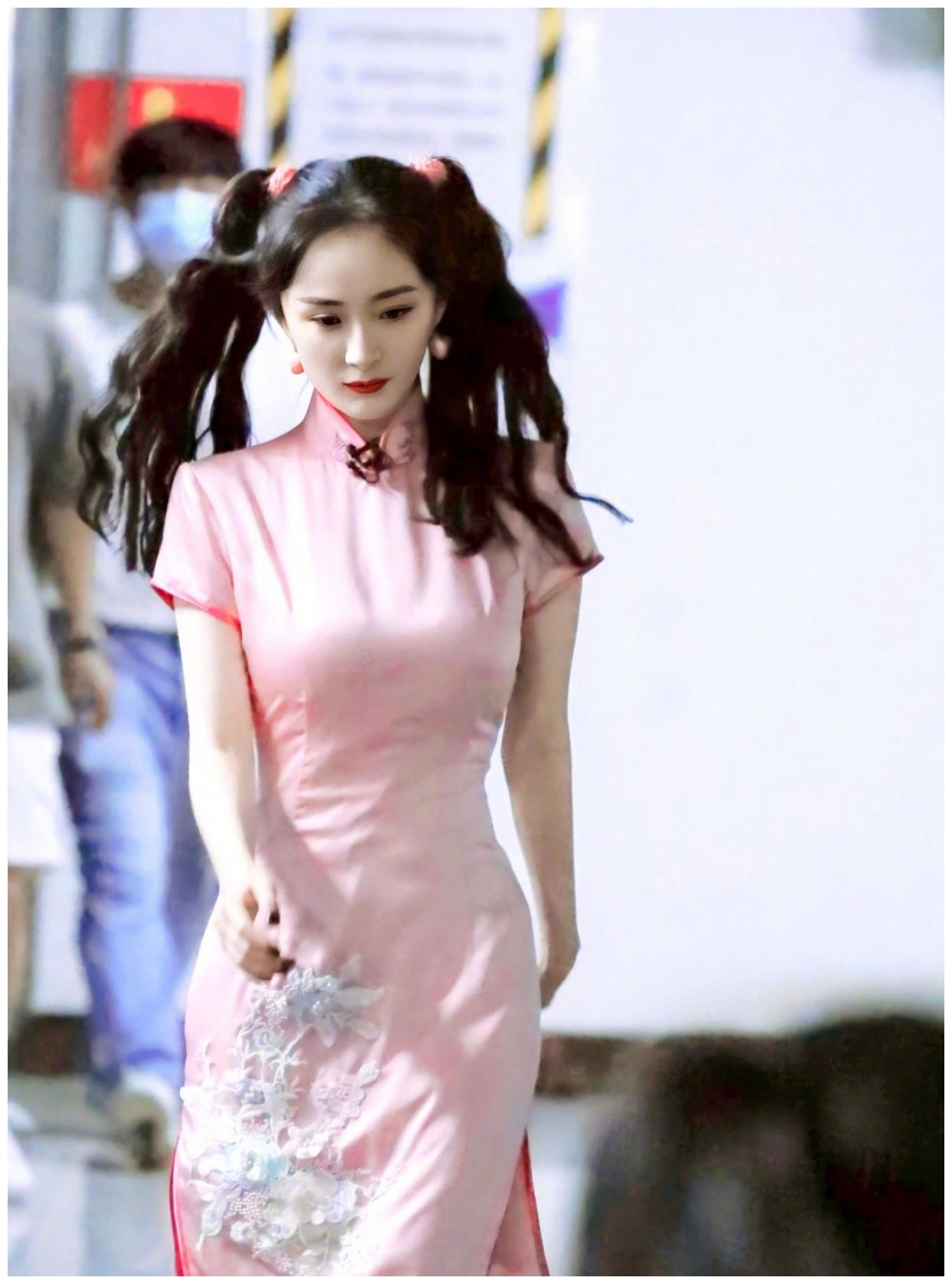 杨幂《密室大逃脱》最新路透,一身粉色旗袍+双马尾,好身材绝了